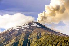抽烟的通古拉瓦火山 免版税图库摄影