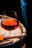 抽烟的雪茄和木白兰地酒桶 免版税库存图片
