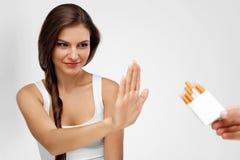 给抽烟的香烟的妇女特写镜头 苹果概念卫生措施磁带 免版税库存照片