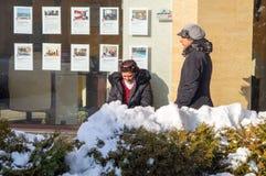抽烟的仆人在波摩莱老镇的心脏打破在保加利亚冬天 库存图片