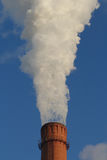 抽烟从煤电植物的一个烟囱 免版税库存图片