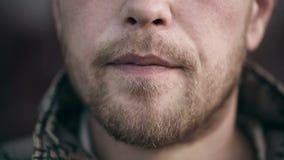 抽电子香烟的有胡子的人 股票录像