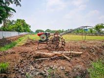 抽的水的农业机械对土壤土地 免版税库存图片