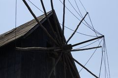 抽的水的转动的风车 免版税图库摄影