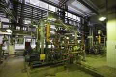 抽的汽油岗位在精炼厂的 库存照片