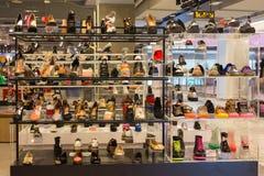 抽签在玻璃架子的妇女鞋子在泰国模范购物中心 库存照片