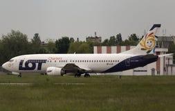 抽签宪章航空公司运行在跑道的波音737-45D航空器 库存照片