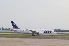 抽签波兰航空公司收税在NY的JFK机场的波音787 免版税库存图片