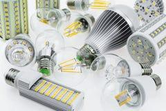 抽签用芯片的不同的类型的E27 LED电灯泡 免版税库存照片