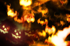 抽象万圣夜背景、可怕面孔和火棒 免版税库存图片