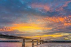 抽象与美丽的天空的软性被弄脏的和软的焦点剪影日出在泰国,老挝的早晨友谊桥梁 免版税库存照片
