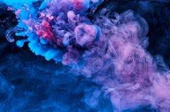 抽象丙烯酸漆颜色在水,射击中从下面打旋,黑背景 E 墨水污点 免版税库存照片
