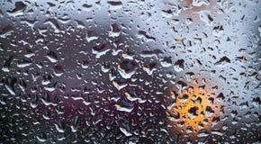 抽象丢弃在水视窗的玻璃 免版税库存照片