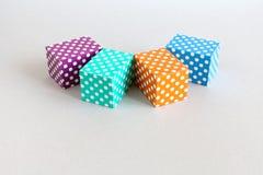 抽象五颜六色的块圆点样式 紫罗兰色绿色橙色蓝色颜色长方形箱子在灰色背景安排了 库存图片