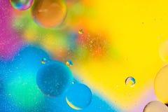 抽象五颜六色的肥皂背景水中油表面泡沫有泡影宏观射击特写镜头的 库存照片