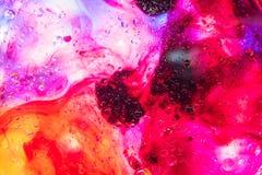抽象五颜六色的肥皂背景水中油表面泡沫有泡影宏观射击特写镜头的 免版税库存图片