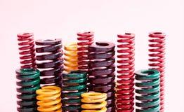 抽象五颜六色的钢螺旋,压力弹簧设置了与另外坚硬灵活性和大小 金属卷起的导线 库存照片
