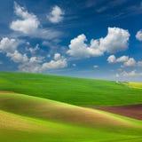 抽象五颜六色的领域和天空背景 库存图片