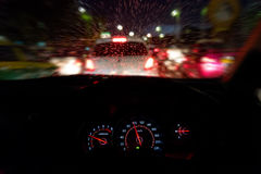 抽象交通事故在下雨天中 从汽车座位的看法 免版税库存照片
