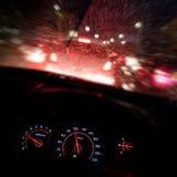 抽象交通事故在下雨天中 从汽车座位的看法 库存图片