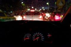 抽象交通堵塞在下雨天中 从汽车座位的看法 库存照片