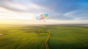 抽象伞飞行有美好的天空自由背景c 库存照片
