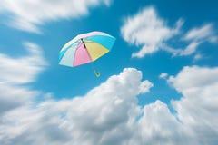 抽象伞飞行有美好的天空自由背景c 免版税图库摄影