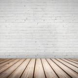 抽象内部。木地板和白色墙壁 免版税库存图片
