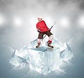 抽象冰块背景的叫喊的曲棍球运动员 免版税库存照片