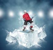 抽象冰块背景的叫喊的曲棍球运动员 库存图片