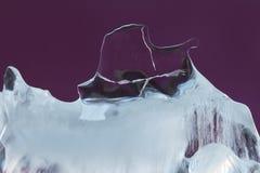 抽象冰纹理装饰背景 冻结的紫罗兰色水晶元素 特写镜头软的焦点 免版税库存照片