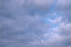 抽象凉快的蓝色颜色背景多云天空与纯净的天堂微光的  图库摄影