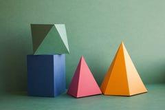抽象几何立体图形静物画 五颜六色的三维金字塔棱镜长方形立方体安排了  免版税库存照片