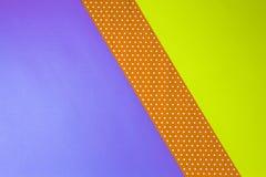 抽象几何黄色,紫色和圆点裱糊背景 免版税库存照片