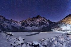 抽象分数维图象晚上冬天 在山峰上的满天星斗的天空 免版税库存照片