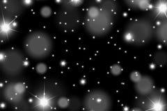 抽象发光的白色sparcles和火光影响在黑背景的样式 免版税库存图片