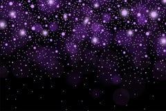 抽象发光的紫罗兰色sparcles和火光影响在黑背景的样式 免版税库存图片