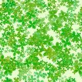 抽象叶茂盛样式,绿色在轻的背景,苜蓿叶形立交路口春天纹理,无缝的四片叶子三叶草例证离开 免版税库存照片