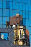 抽象图象作为老牌大厦的反射在一杯的在维也纳街市的超级现代大厦  免版税库存图片