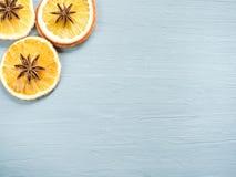 抽象圣诞节背景用柑桔,切片桔子和八角 复制空间 免版税图库摄影