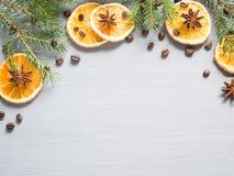 抽象圣诞节背景用柑桔,切片桔子和八角 复制空间 免版税库存图片