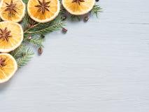 抽象圣诞节背景用柑桔,切片桔子和八角 复制空间 库存照片