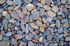 抽象在葡萄酒样式的背景圆的小卵石石头 免版税库存照片