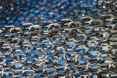 抽象在蓝色背景的金属链节 库存照片