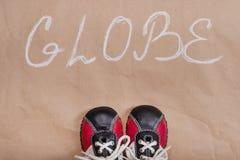 抽象地球词,背景资料,婴孩运动鞋 免版税图库摄影