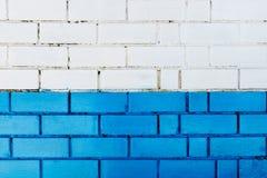 抽象垂直的现代方形的白色砖瓦片墙壁纹理背景 蓝色颜色 库存照片