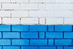抽象垂直的现代方形的白色砖瓦片墙壁纹理背景 蓝色颜色 免版税库存照片