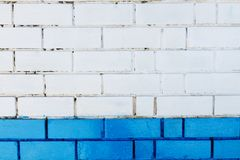 抽象垂直的现代方形的白色砖瓦片墙壁纹理背景 蓝色颜色 图库摄影