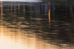 抽象城市在河点燃反射 库存图片