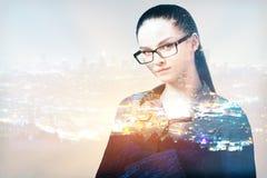 抽象城市背景的女实业家 免版税库存图片